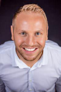 Portrait von Marco Schenk aus Karlsruhe. Marco Schenk ist professioneller Sprecher für Werbung, Dokumentationen und weitere Radioproduktionen sowie Fernsehproduktionen.